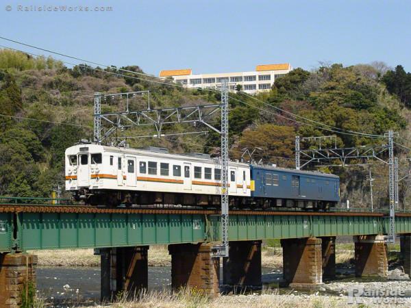 クモヤ145-122、123系にエスコートされ静岡車両区に帰区