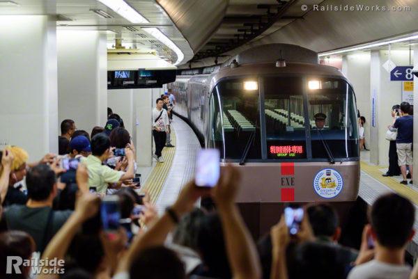 30000形EXE「ロマンスカーで行くでしょー号」、新宿駅に入線