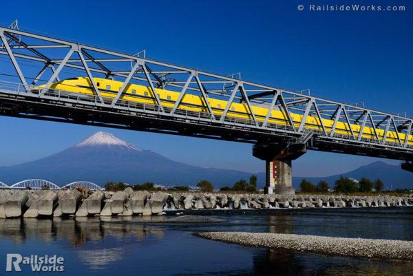 薄化粧の富士山と、ドクターイエローT5編成