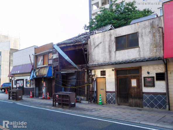 地震で傾いたと思われる建物