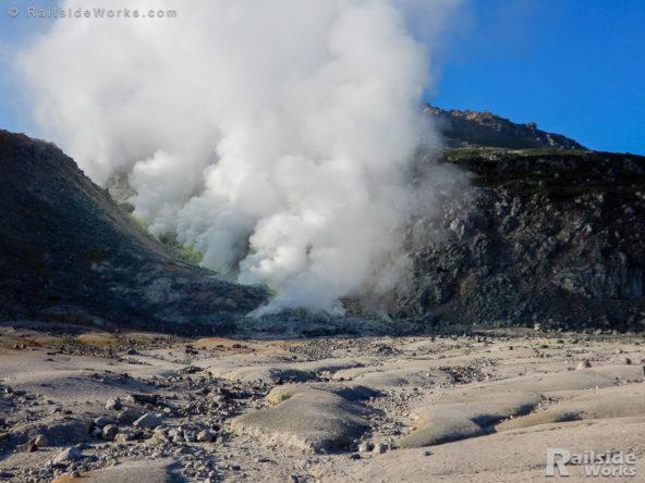 硫黄山の山肌から噴出する蒸気