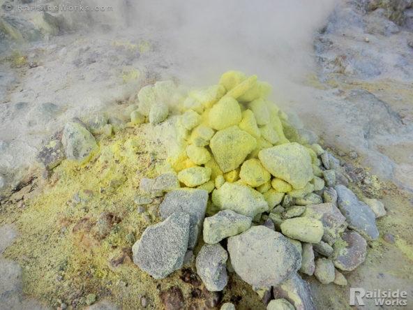 硫黄がびっしり付着している噴出孔周辺