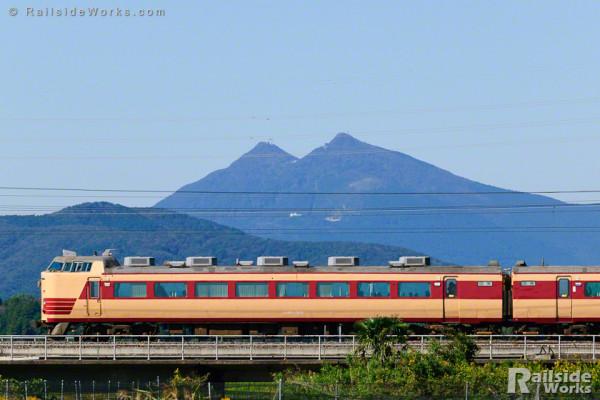 筑波山を横目に、485系駆ける