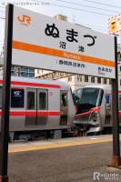 沼津駅とTX-2000系甲種輸送