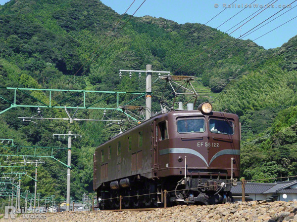 EF58-122交検回送、真夏の東海道本線を下る