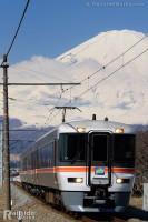 迫力の富士山を背に「富士山トレインごてんば号」が行く