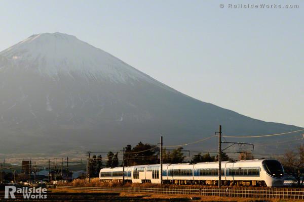 371系「特急あさぎり6号」、夕暮れの富士山バックを行く