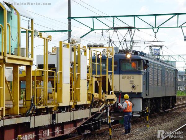 草薙駅で機回しを行う、EF64-2ロンチキ工臨
